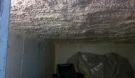 Внутреннее напыление пенополиуретана на бетонные плиты кровли